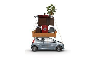 Kleines Auto mit mit zuviel Umzugsgut auf dem Dach