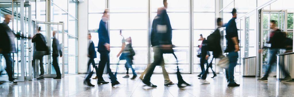 Mitarbeiter verlassen ihren Arbeitsplatz vor Beginn des Büroumzugs.