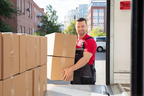 Mitarbeiter belädt Umzugswagen für den Firmenumzug