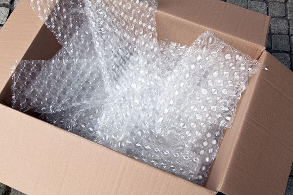 Luftpolsterfolie als Polstermaterial im Umzugskarton