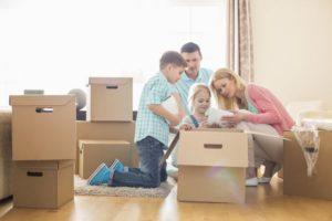 Die Familie packt Umzugskisten für den Umzug nach München