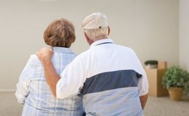 Senioren stehen in geräumter Wohnung